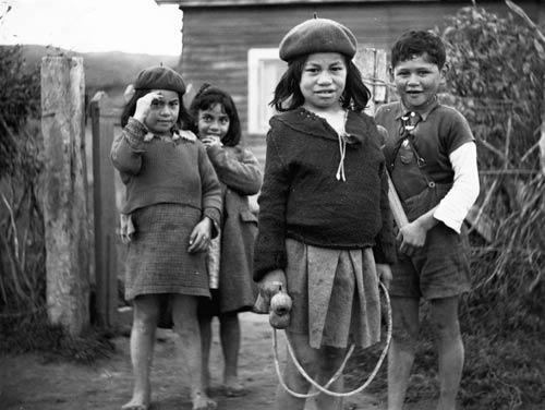Children with a skipping rope, around 1940