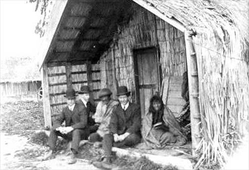 Ngā mihinare Mōmona ki tētahi pā Māori