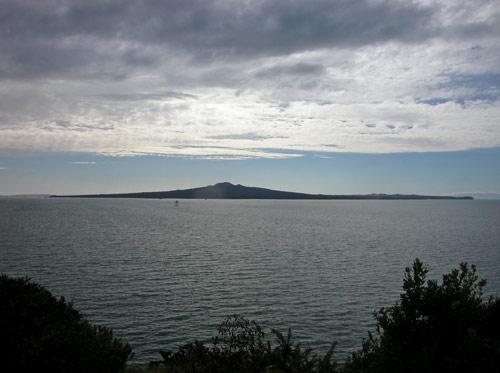 Atu i Te Whanga o Kahumatamomoe (Ōkahu Bay) ki Rangitoto.