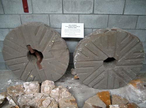 Pehu witi (millstone) nō Mokoia