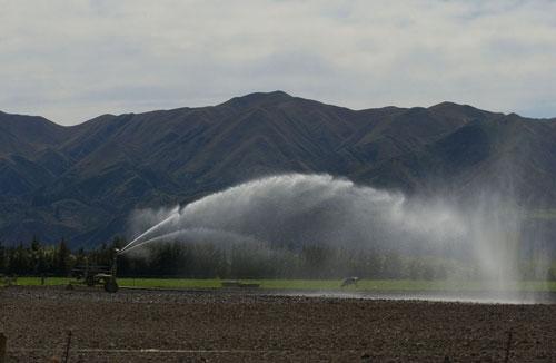 Moving irrigation unit
